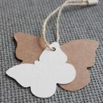 Etiqueta colgante cartulina kraft forma de mariposa. Dos medidas y diversos materiales combinables